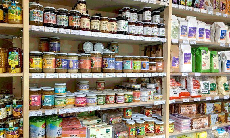 In de winkel staan ook kasten vol met drooggoed.